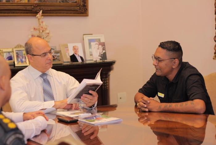 Governador Wilson Witzel recebeu ex-morador de rua Léo Motta