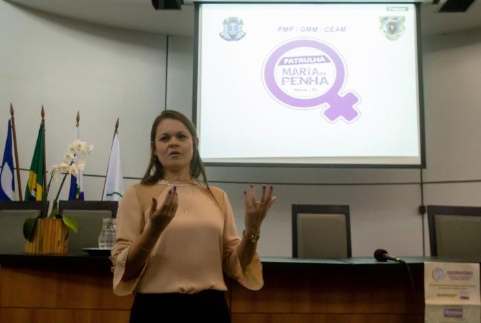 A coordenadora da Ceam, Jane Roriz. Patrulha Maria da Penha comemora um ano de atuação com palestras no auditório da prefeitura