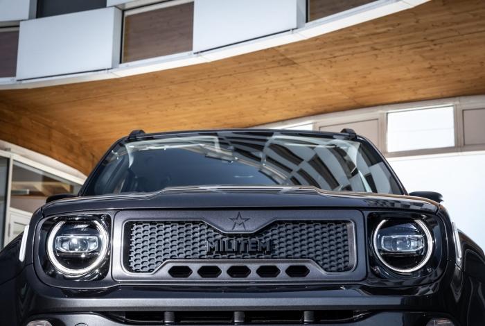 Dianteira do Hero substitui as tradicionais sete fendas da Jeep por uma grade 'furadinha' em plástico fosco