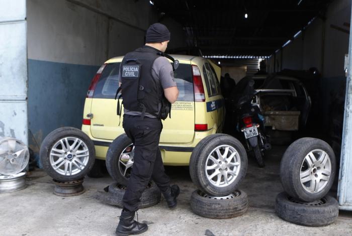 Ferro-velho em Realengo foi um dos locais onde a operação encontrou carros sendo desmanchados