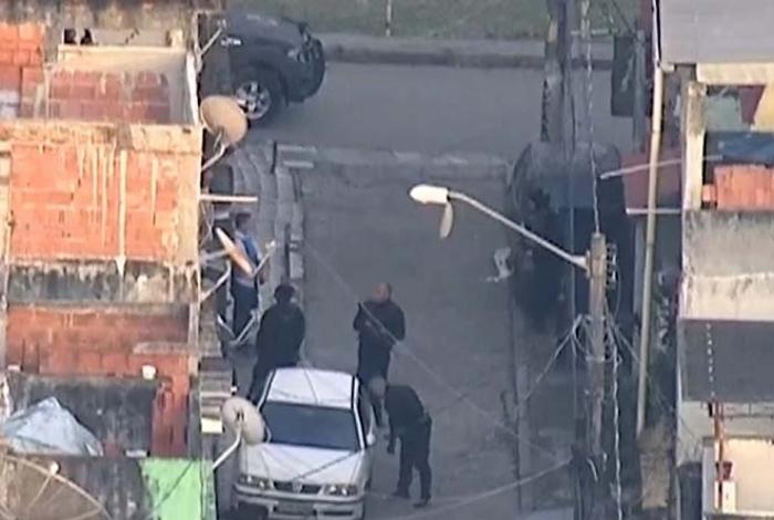 Policiais estão na Vila Kennedy desde o início da manhã desta terça