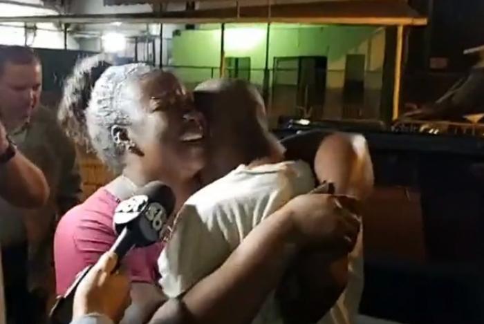 Alexandrina Rodrigues recebe o filho Weslley Rodrigues Jacob na saída do Presídio Ary Franco, em Água Santa, Zona Norte do Rio