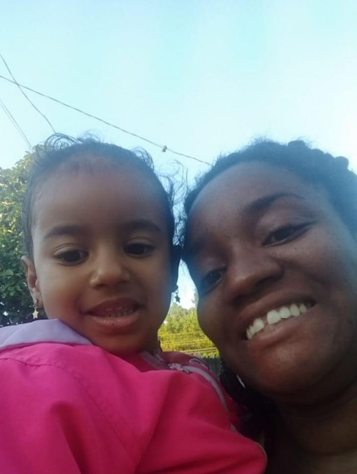 Débora Costa da Silva e a filha Rafaella, de 2 anos