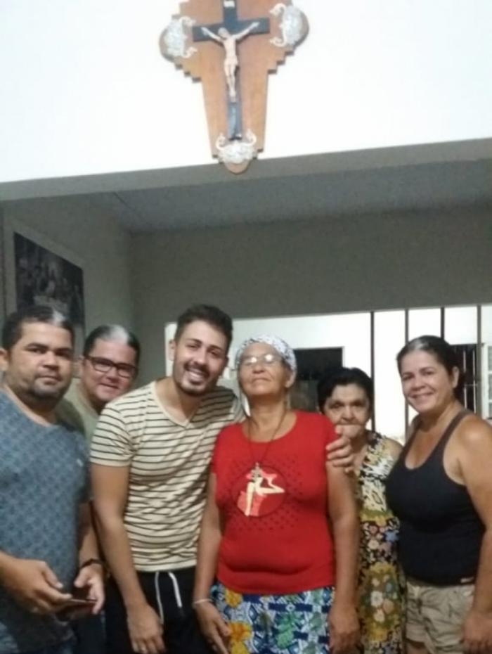 Carlinhos Maia em visita à família biológica. Dona Maria Isabel aparece de vestido na foto