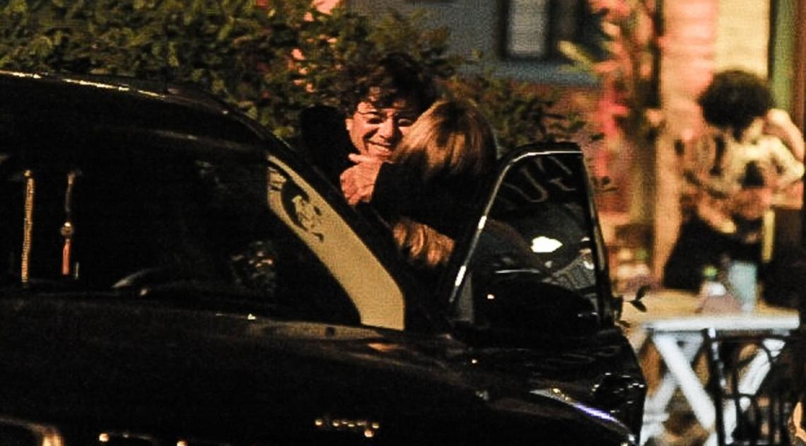 Cissa Guimarães é flagrada por paparazzzi beijando muito na noite carioca
