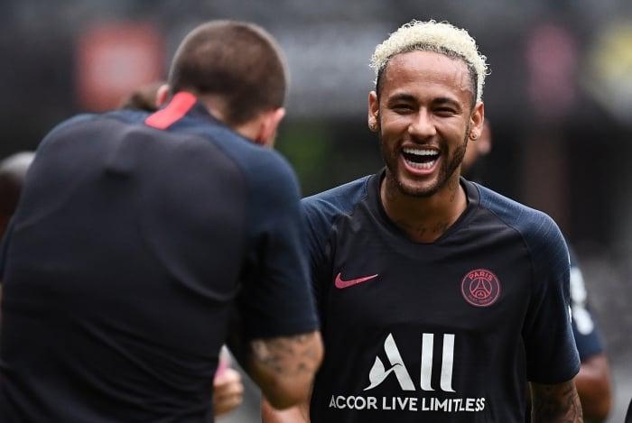 Neymar se diverte em treino do Paris Saint-Germain: alvo do Real