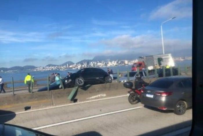 Acidente fechou pista sentido Niterói da Ponte
