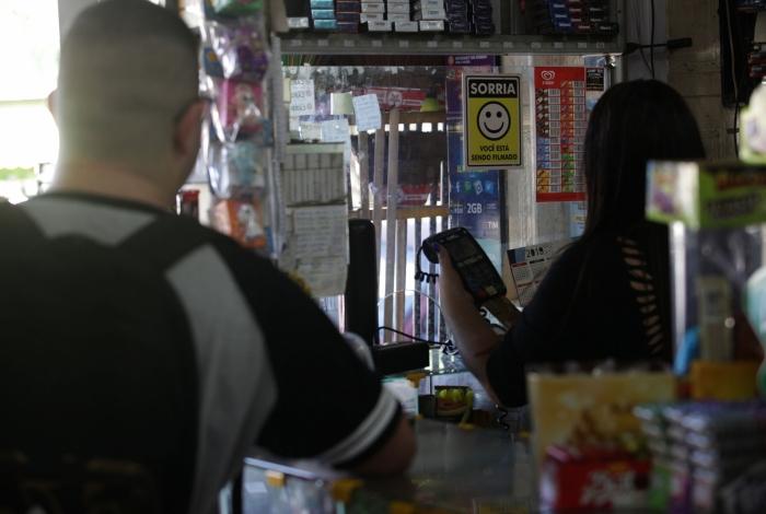 Dona de comércio em Queimados revela que horário de funcionamento vai até 19h devido à violência