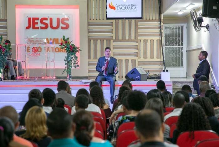 O pastor Alan dos Santos, dono da Aplicanet, durante um culto da Assembleia de Deus