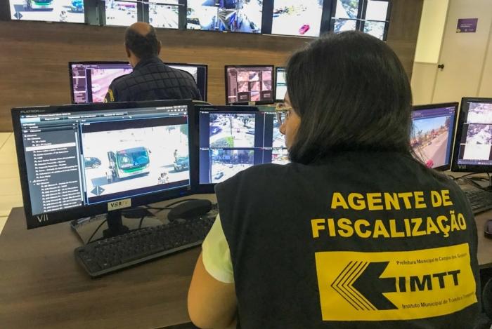 Sala do Centro Integrado de Segurança Pública de Campos, que une as câmeras de vigilância da cidade ao monitoramento por GPS do novo sistema de transporte coletivo