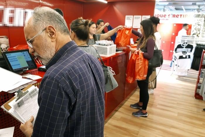 Auditores fiscais da Receita Estadual  fiscalizaram lojas em shoppings da Z. Oeste