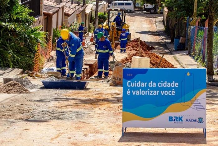 Operários trabalham na instalação da rede de esgoto em bairros de Macaé