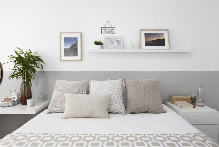 Moradores optaram por minimalismo na parede. Cores parecidas, mas utilizando a dupla de tons