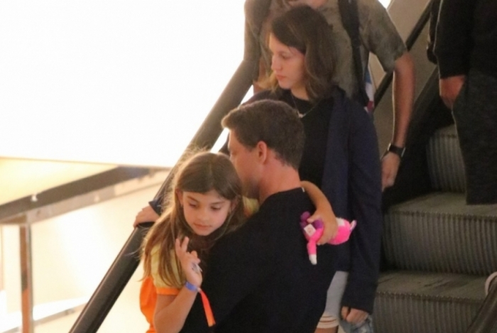 Cauã Reymond passeia com a filha em shopping do Rio