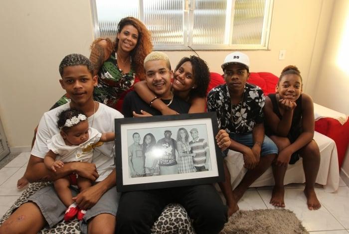 Onze meses após a morte de Catra, família se reúne no Dia dos Pais para reverenciar a memória do funkeiro