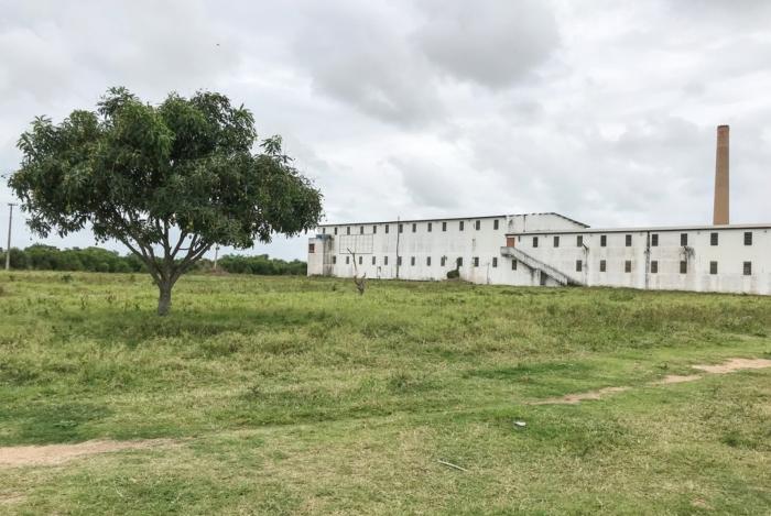 Prédio e terreno de antiga fábrica de macarrão, que recebeu R$ 22 milhões em 2004 e hoje deve R$ 100 milhões ao Fundecam, fundo de investimentos de Campos que usava verba dos royalties para investir em novos empreendimentos no município