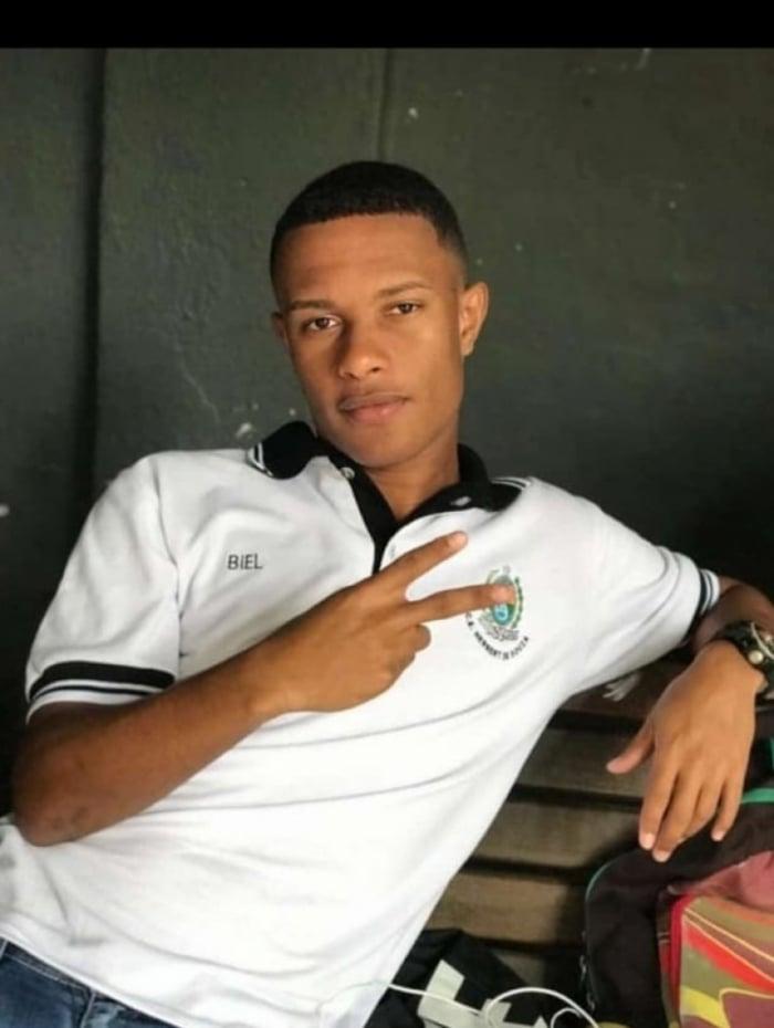 Gabriel Pereira Alves, de 18 anos, morreu atingido por um tiro no peito enquanto esperava um ônibus perto do Borel para ir para o colégio