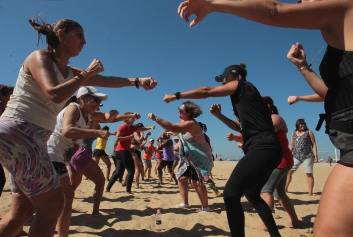 Exercícios ao ar livre na praia atraíram muitas pessoas. Aulas de bodycombat (acima) fizeram sucesso