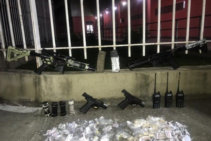Foram apreendidos fuzis, pistolas, rádios e entorpecentes