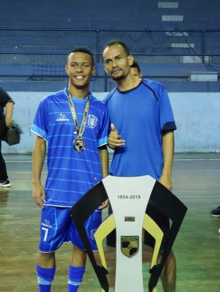 Gabriel e Fabrício com o troféu ganho no título estadual sub-20 de futsal pelo Olaria