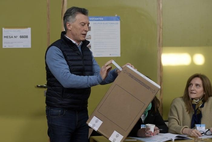 Presidente da Argentina, Mauricio Macri vota durante as eleições primárias deste domingo