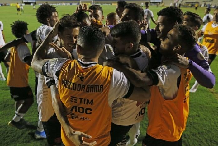 Marcos Júnior (à esquerda) festeja o gol com os companheiros: alegria e festa no Serra Dourada