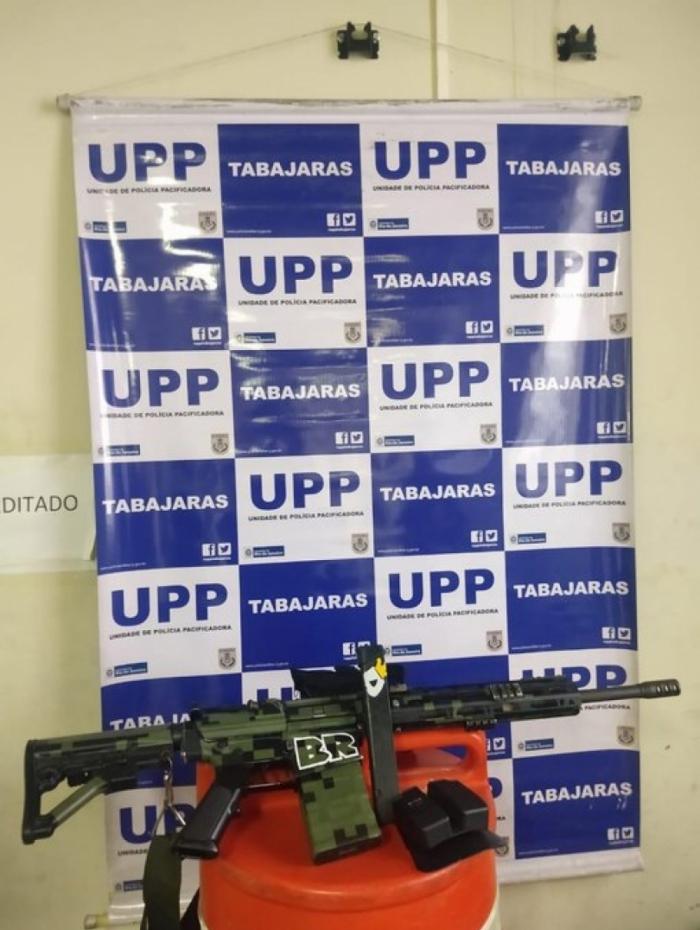 Um fuzil foi apreendido na Ladeira dos Tabajaras, na ação que prendeu o 'Lobo Mau' (no detalhe)