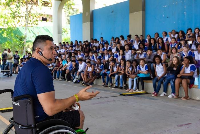 Nadador paralímpico Clodoaldo Silva participa de evento do Sesc na Ciep Maringá.