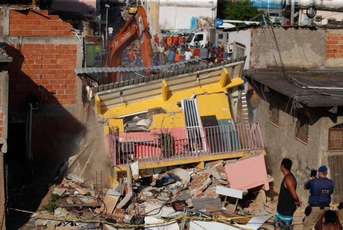 Rio, 12/08/2019, Demolicao de cinco imovies condenados apos desbamenrto de casa em Curicica, Foto de Gilvan de Souza / Agencia O Dia
