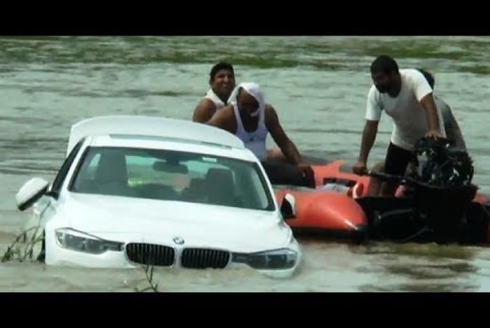 Jovem joga BMW em rio de propósito após não ganhar um Jaguar no aniversário
