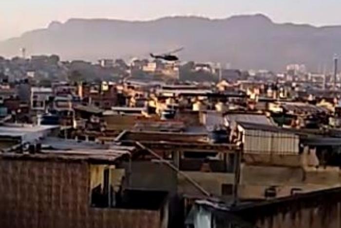 Helicóptero da Polícia Civil durante operação em comunidade carioca