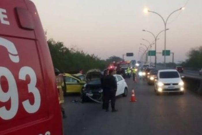 Perseguição seguida de capotamento do carro de criminosos deixou oito feridos, entre elas uma mulher grávida, na Linha Vermelha