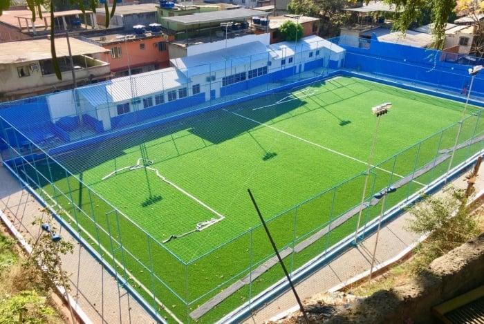 O piso de grama sintética da arena está sendo concluído pela prefeitura
