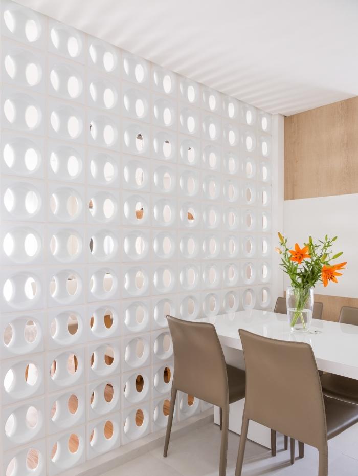 No interior da casa, por exemplo, as opções de cerâmicas são ideais, pois são fáceis de limpar e elegantes