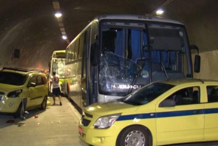 Acidente envolvendo dois ônibus e cinco carros no Túnel Marcello Alencar deixou 51 pessoas feridas