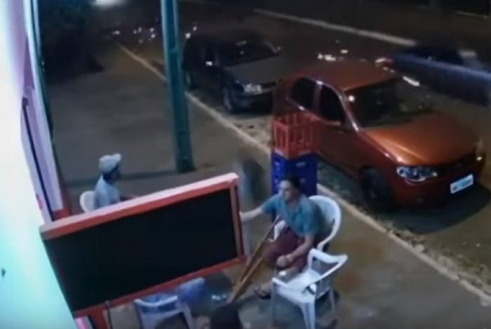 Roda escapa de carro em movimento e atinge homem de muletas