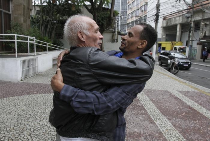 Encontro do avô de Dyogo Xavier e do pai de Gabriel Alves, jovens mortos por balas perdidas durante operações da polícia: pedido de paz - Foto: Cléber Mendes/Agência O Dia