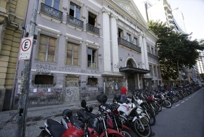 O prédio do antigo Automóvel Clube do Brasil está abandonado, com rachaduras e vidros quebrados
