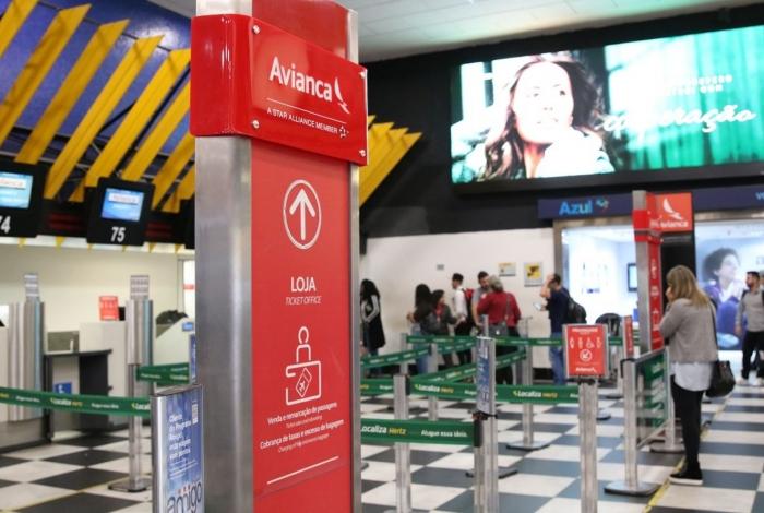 Passageiros da Avianca esperam para serem remanejados para voos de outras companhias aéreas no Aeroporto de Congonhas.