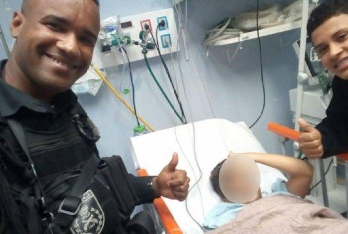 Policiais socorreram o menino para o Hospital Alberto Torres