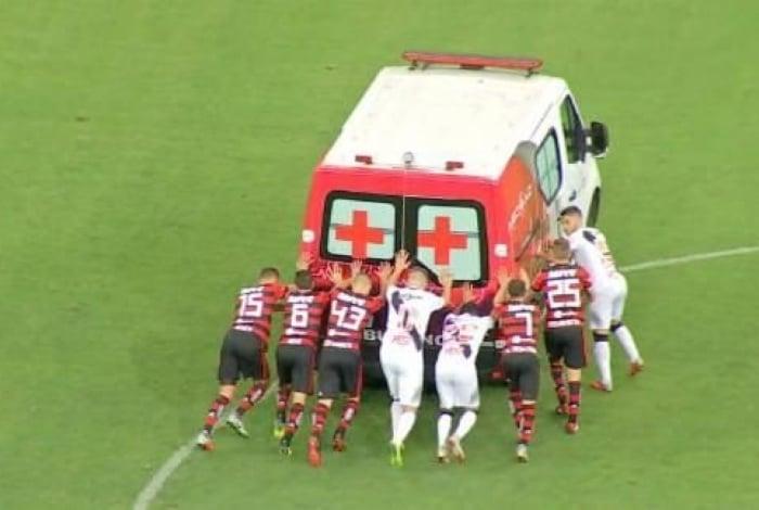 Jogadores de Vasco e Flamengo precisaram empurrar a ambulância em mais uma caso bizarro ocorrido no Mané Garrincha