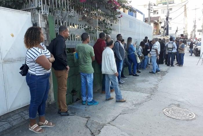 Candidatos a emprego formaram filas enormes atraídos por anúncios de vagas que não existiam
