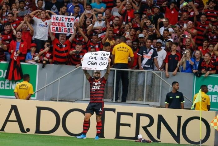Autor do terceiro gol do Mengão, Gabigol festejou pegando cartaz de torcedor