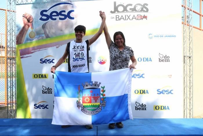 O atleta de Nova Iguaçu, Allan Oliveira Campelo, comemora a prata ao lado da mãe
