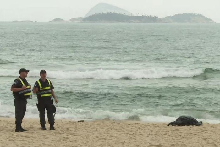 Policiais militares aguardam a chegada dos Bombeiros ao lado de corpo encontrado em Ipanema