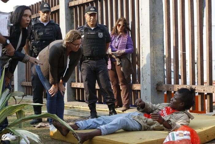Agentes de órgãos do governo estadual, entre eles policiais civis e militares, da Saúde e da Assistência Social, abordaram moradores de rua