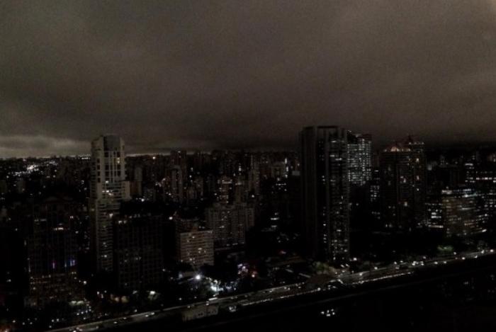 'Dia virou noite' às 15h em São Paulo e assustou moradores
