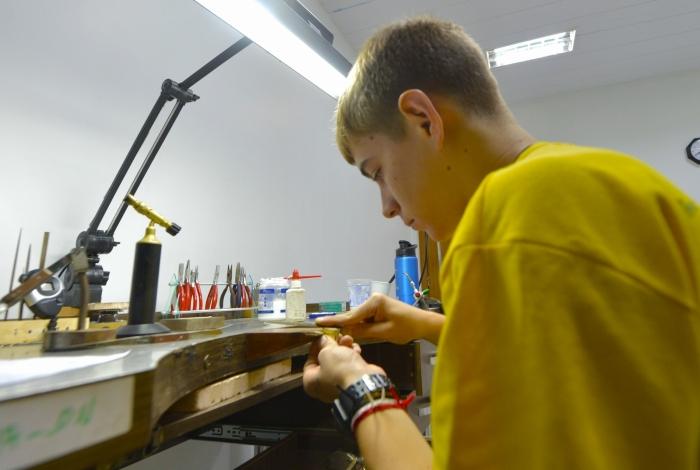 Estudantes que estão no WorldSkills Competition concorrem nas modalidades de Soldagem e Joalheria