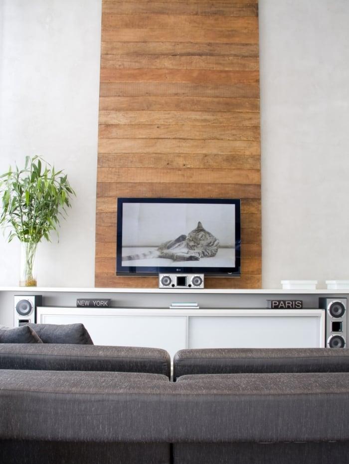A parede cinza combina com a madeira. Os dois juntos podem dar sensação de conforto e aconchego