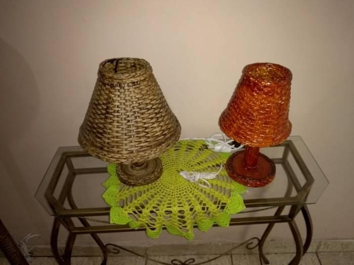 Abajures feitos com madeira e jornal reciclado pelo artesão  Luiz Baumflek estarão à venda na feira do Armazém Dois do Píer Mauá